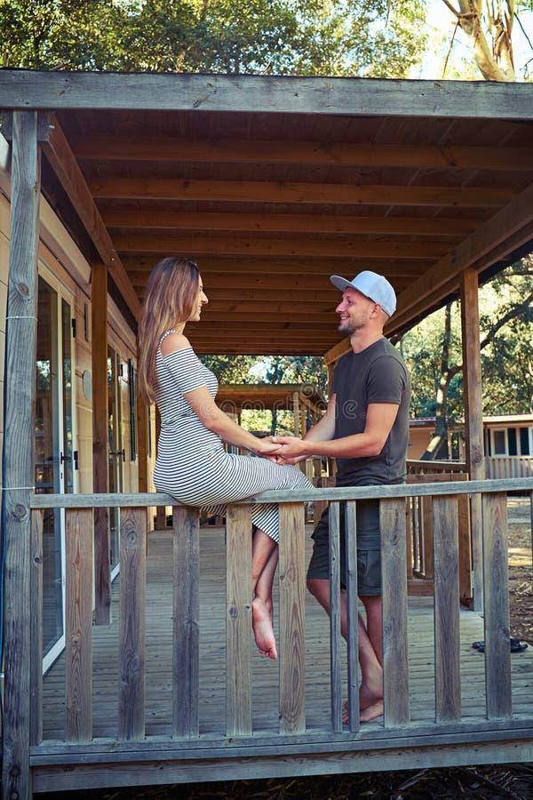 En värmekonversation av att älska par på terrassen av uppvakta royaltyfria foton
