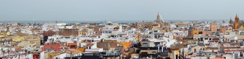 En vårMaj himmel över spanska Seville gamla stadtak arkivfoto