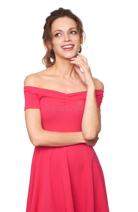 En vacker kvinna i röd klänning ler isolerad arkivbilder