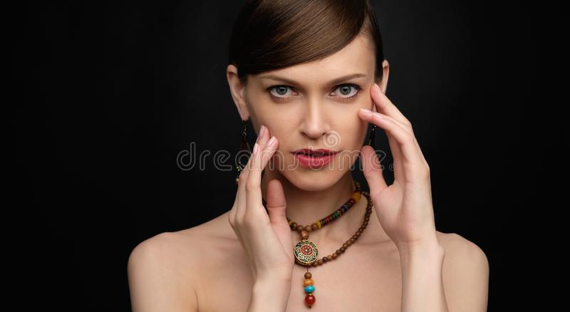 En vacker kvinnas skönhetsbild över svart arkivfoton