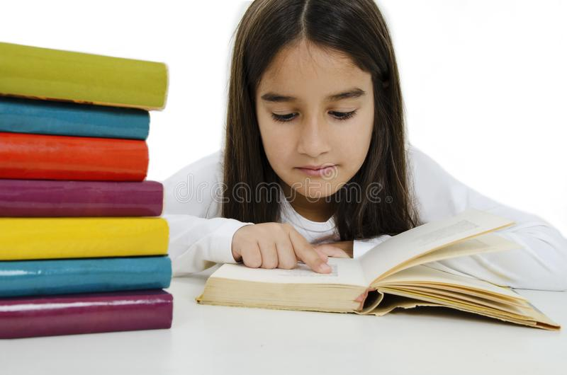 En vacker liten flicka med böcker arkivbild
