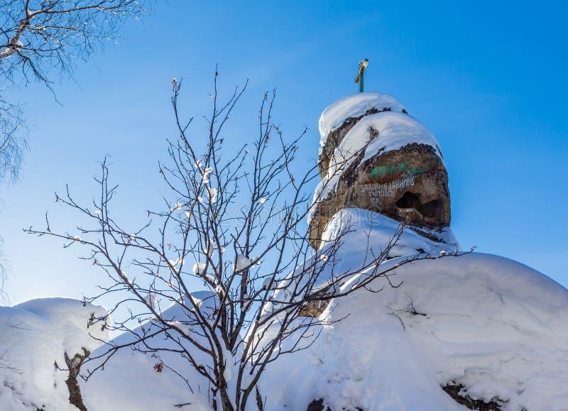 En vagga med ett ortodoxt kors Bergkyrka Semesterort Belokurik royaltyfri foto