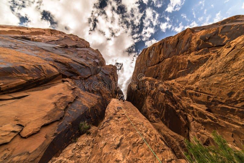 En vaggaklättrare i ökenväggarna av Moab, Utah arkivbilder