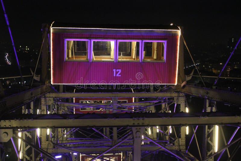 En vagn av ferrishjulet av det Prater nöjesfältet på natten royaltyfria bilder