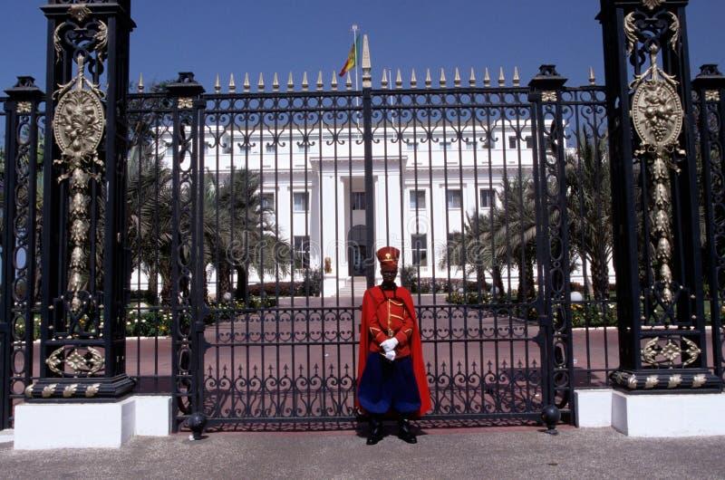 En vakt stod förutom den presidents- slotten, Dakar arkivbilder