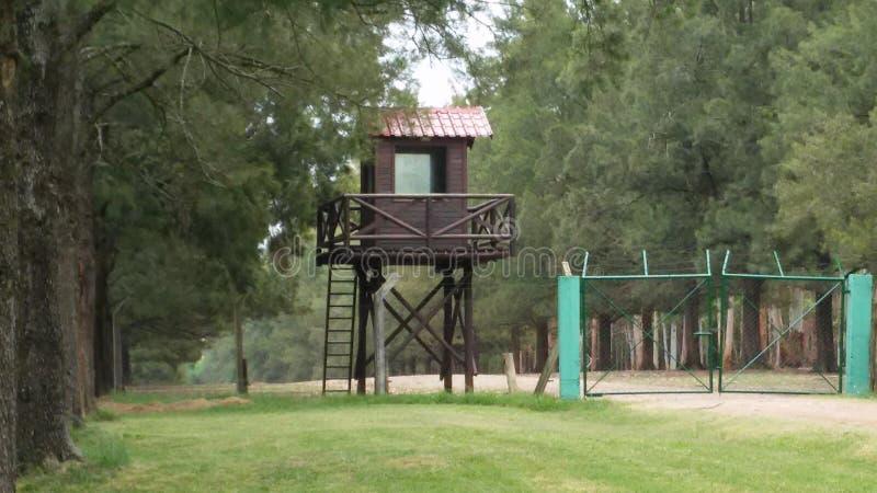 En vaktstolpe i parkerar arkivfoto
