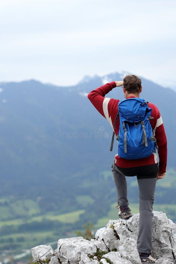 En vandrande man står överst arkivbild