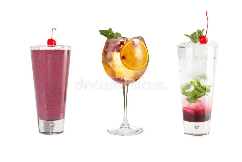 En variation av alkoholdrycker, drycker och coctailar på en vit bakgrund Tre olika drinkar i dekorerade exponeringsglasbägare fotografering för bildbyråer
