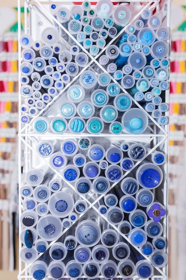 En variation av blått knäppas i lagret arkivfoton