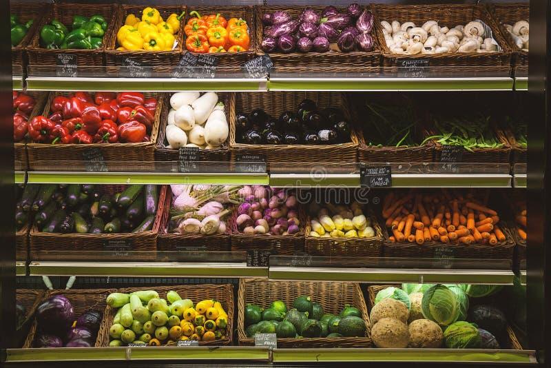 En variation av grönsaker i supermarket arkivbild