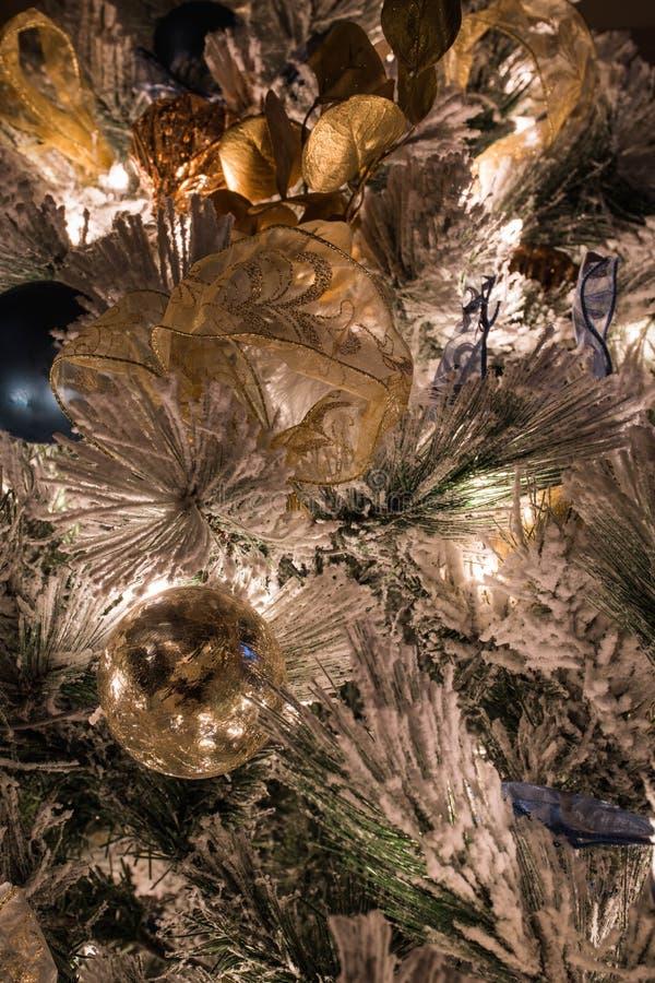 En variation av julprydnader på en flockas julgran royaltyfria bilder