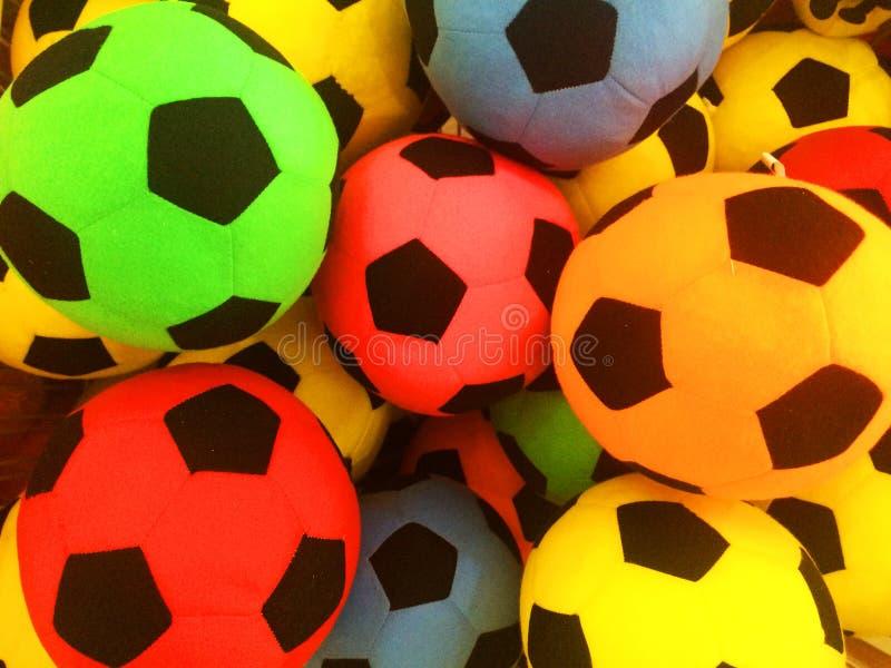 En variation av kulöra bollar som ordnas i en variation av bollar arkivbild