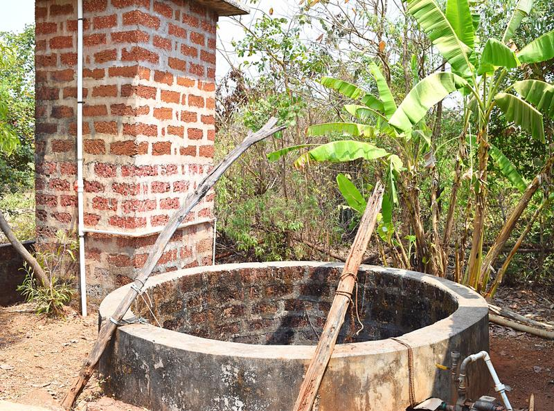 En vattenbrunn - som väl grävas - i en indisk by arkivbilder