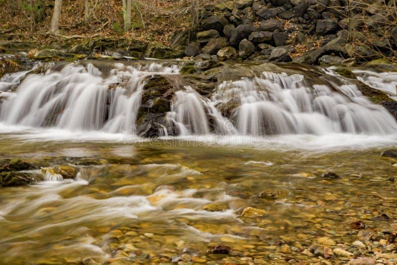 En vattenfall i den blåa Ridge Mountains av Virginia, USA royaltyfri fotografi