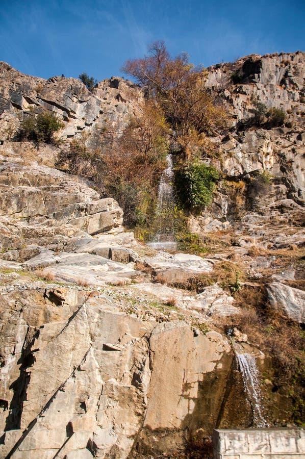 En vattenfall i det Karakoram bergområdet royaltyfri fotografi