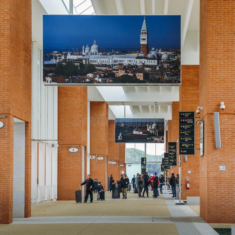 En vattentransportservice är tillgänglig från den Marco Polo flygplatssjöboden och att förbinda till Venedig och den Venetian str arkivbilder