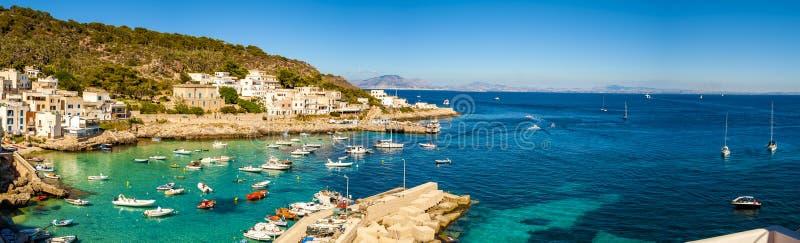 En veiw av den Levanzo ön, Sicilien, royaltyfri fotografi