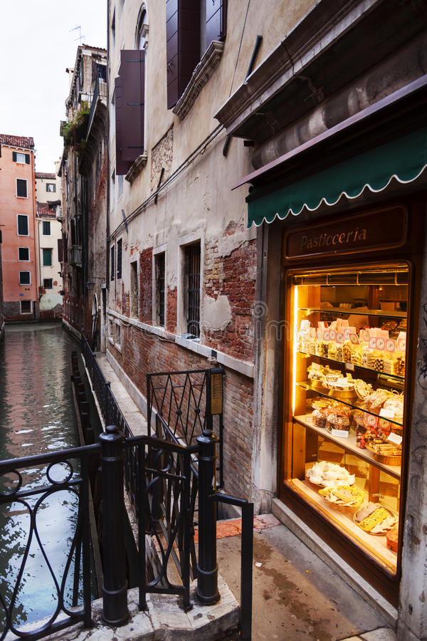 En Venetian Pasticceria shoppar på natten royaltyfri fotografi