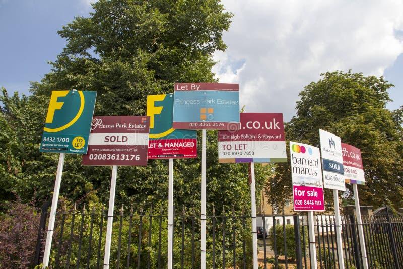 En venta muestras en la exhibición como los precios y ventas que el mercado inmobiliario coge, Londres, Inglaterra, julio imagenes de archivo