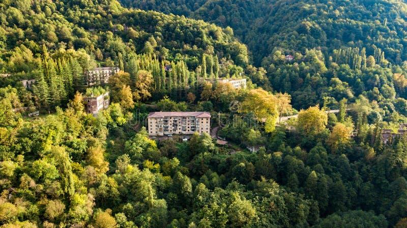 En ?vergiven stad, en sp?kstad, Akarmara flyg- sikt Lokaliserat nära Tkvarcheli Abchazien georgia royaltyfri fotografi