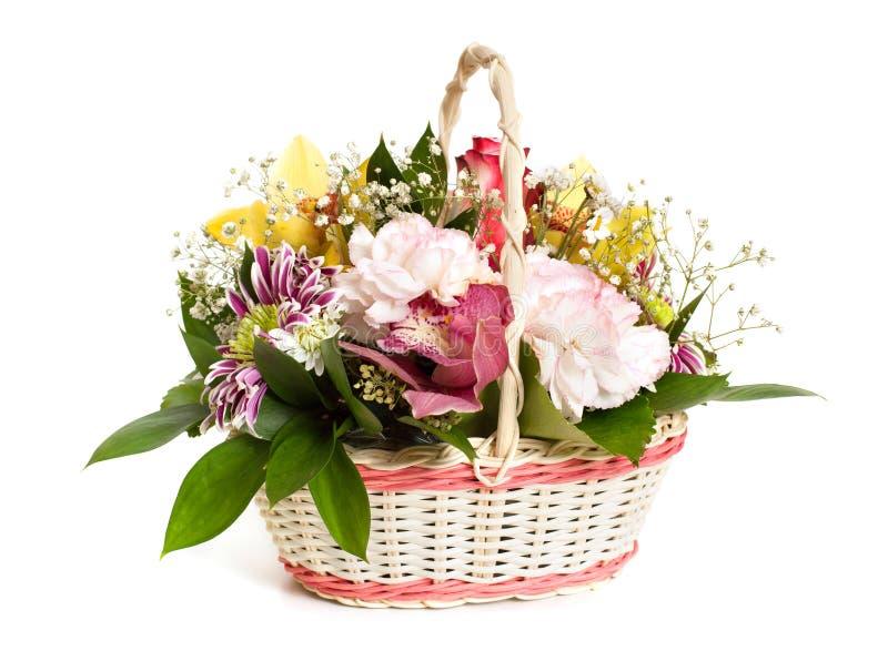En vide- korg av blandade blommor royaltyfri bild