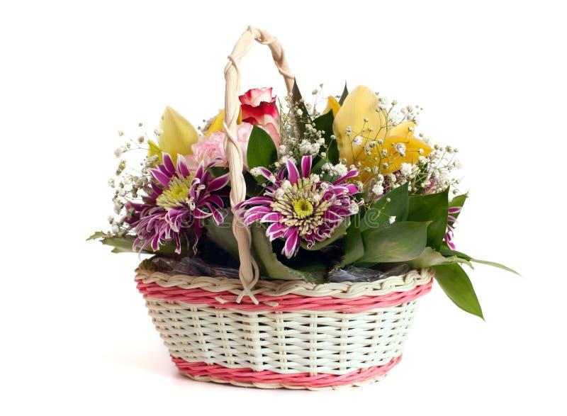 En vide- korg av ljusa blommor royaltyfri bild