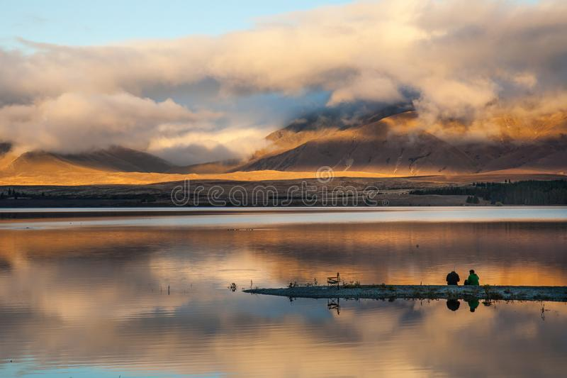 En vilken trevliga fiska dag på sjön royaltyfri bild