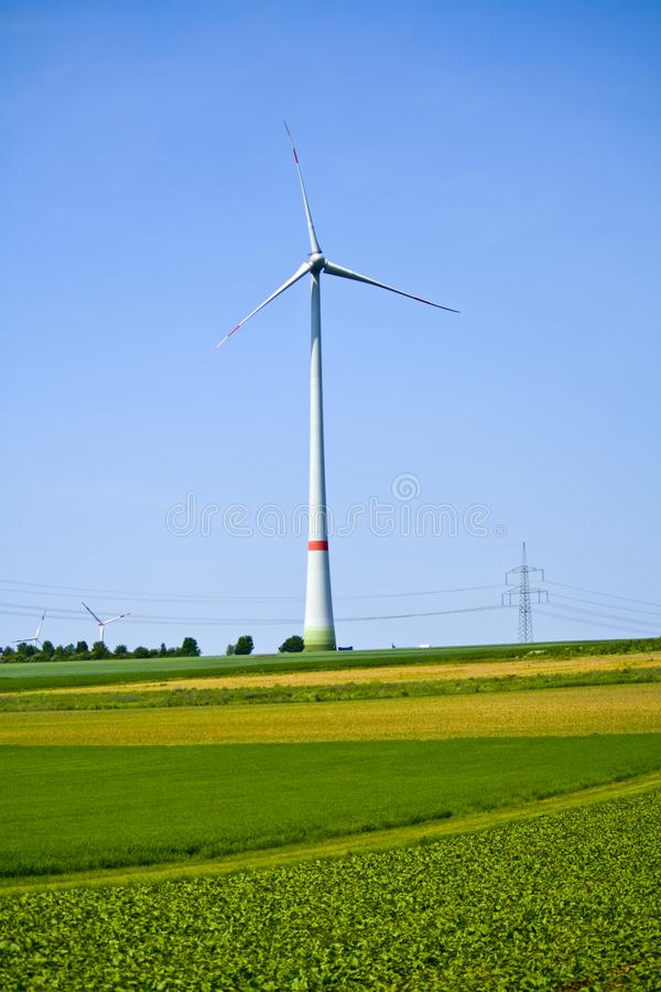 En vindturbin på ett fält i Bayern, Tyskland arkivbilder