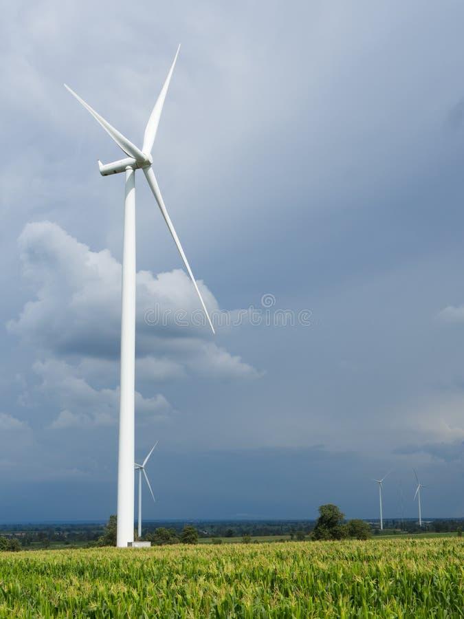 En vindturbin på en vindlantgård arkivfoton