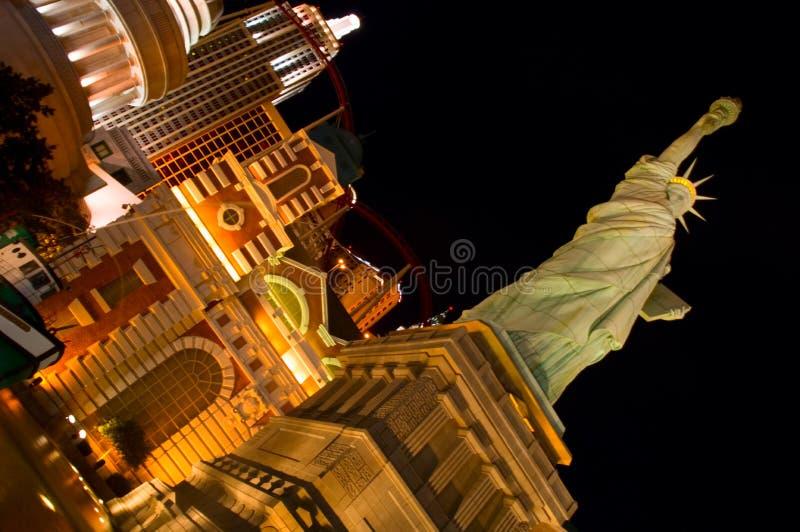 En vinkelsikt av façaden av det Las Vegas New York New York hotellet på den Las Vegas remsan fotografering för bildbyråer