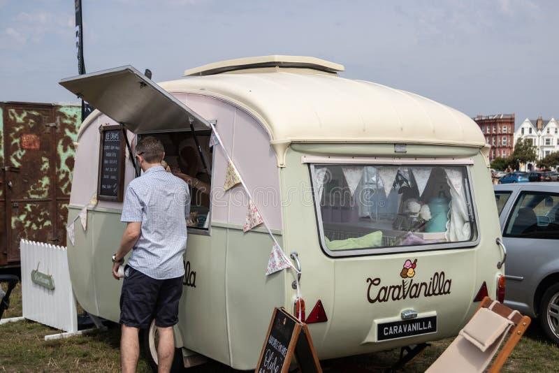 En vintage caravan omvandlad till ett mobilt café royaltyfri foto