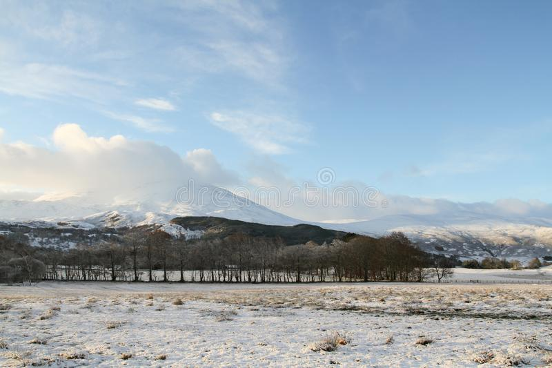 En vinterlandskapsikt av de dramatiska bergen på Kinloch Rannoch, Perthshire, Skottland, UK arkivfoto