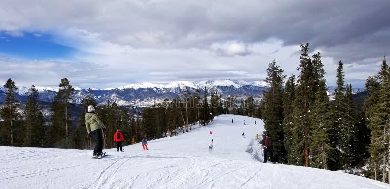 En vintermorgon i november kommer skidåkare och snowboarders till en körning i Keystone-berget i Colorado royaltyfri fotografi