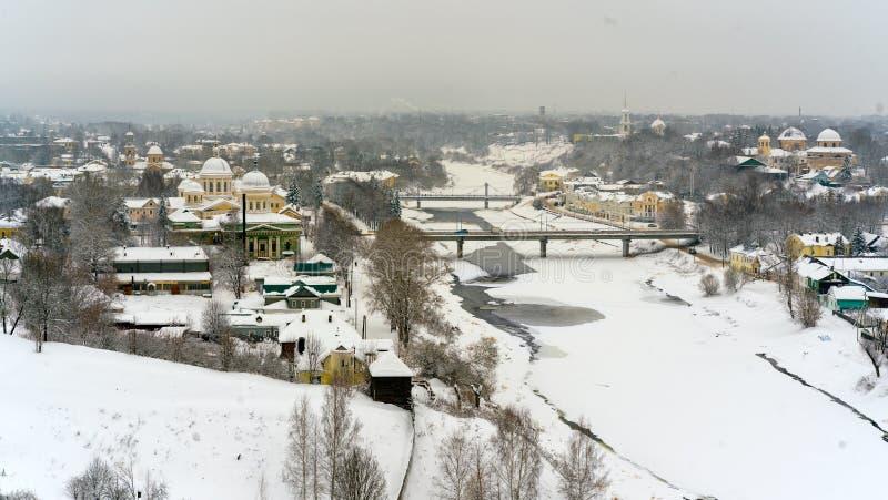 En vintersikt av den lilla gamla staden i Ryssland med medeltida kyrkor, kloster, gamla-fashione hus arkivbilder