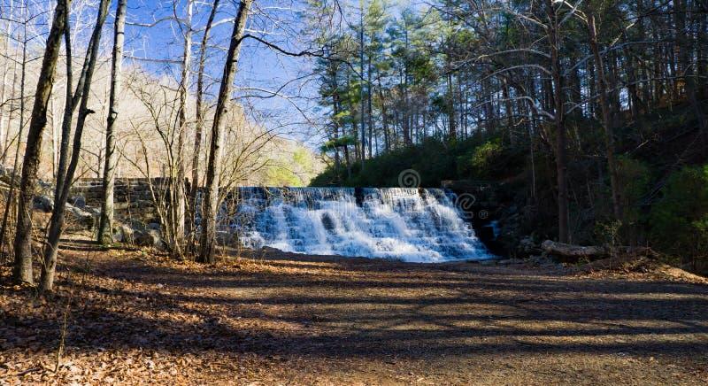 En vintersikt av utter sjöfördämningen, blåa Ridge Parkway, Virginia, USA arkivbild
