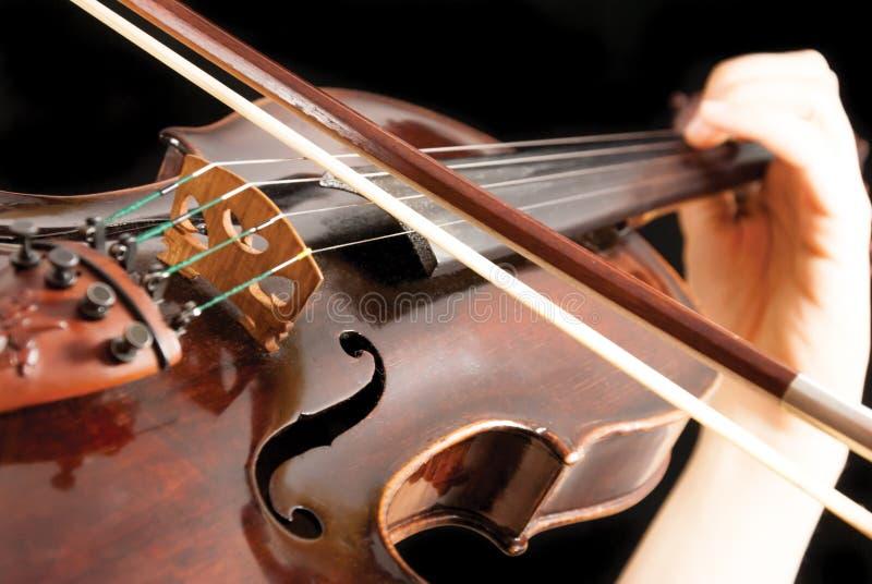 En violinist som spelar en fiol royaltyfria bilder