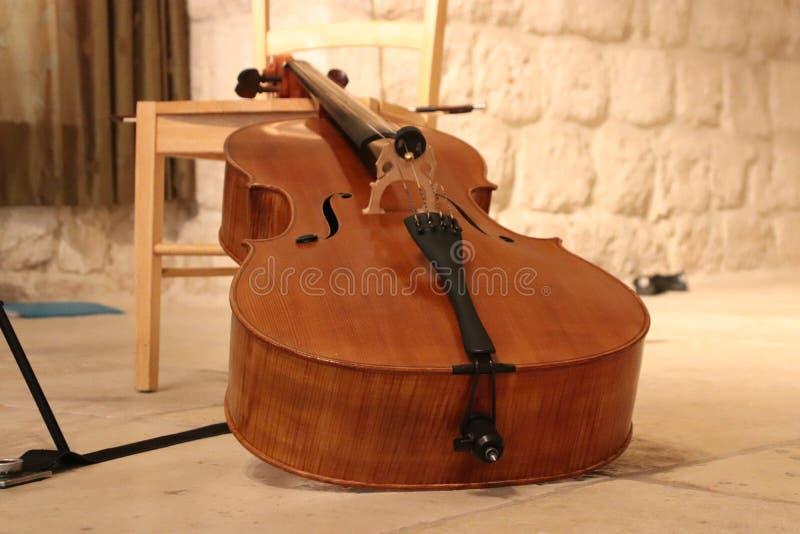 En violoncell på etappen royaltyfria bilder