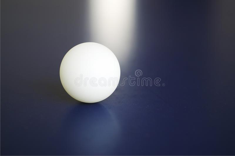 En vit bordtennisboll på tabellen arkivbild