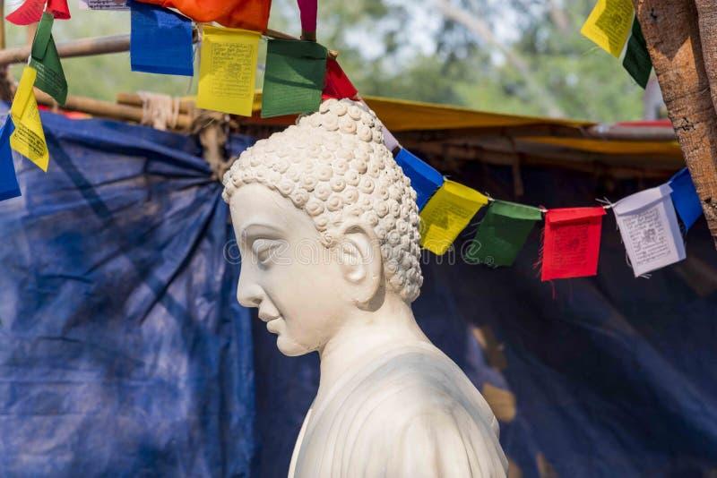 En vit färgmarmorstaty av Lord Buddha, grundare av Buddhishm på den Surajkund festivalen i Faridabad, Indien royaltyfri bild