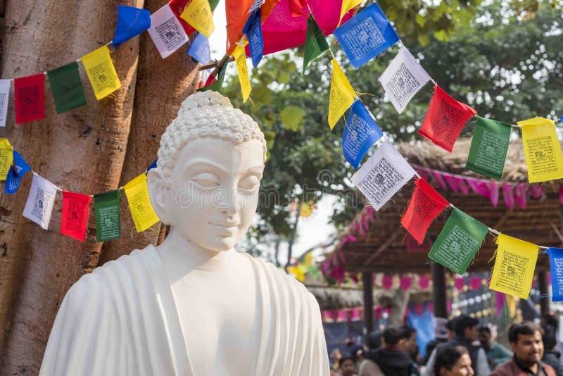 En vit färgmarmorstaty av Lord Buddha, grundare av Buddhishm på den Surajkund festivalen i Faridabad, Indien royaltyfri foto
