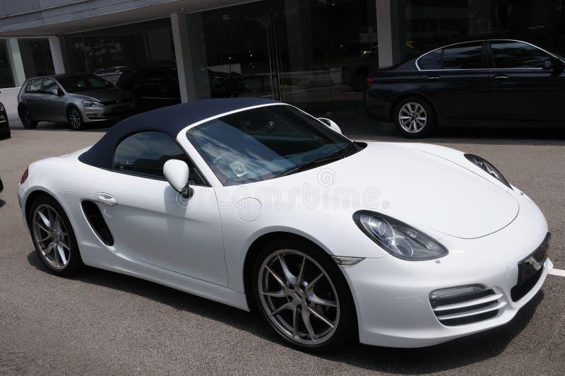 En vit konvertibel sportbil på skärm arkivfoto