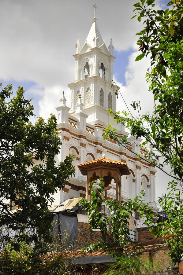 En vit kyrka i staden av Cuenca royaltyfri bild