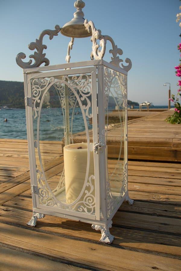 en vit ljusstake som förbereder sig för bröllopet arkivbild