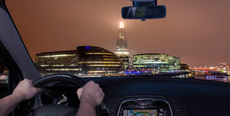 En voiture, vers Londres City la nuit, Royaume-Uni image libre de droits