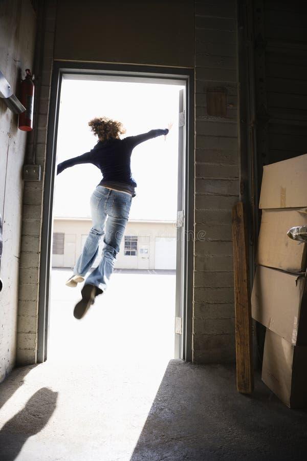 En vrouw die loopt springt. royalty-vrije stock afbeeldingen