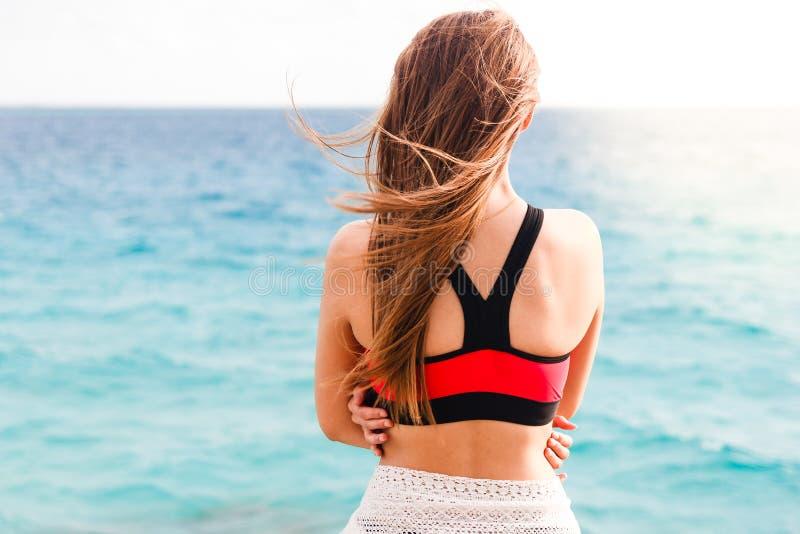 En vrouw die op zee bevinden zich kijken stock foto
