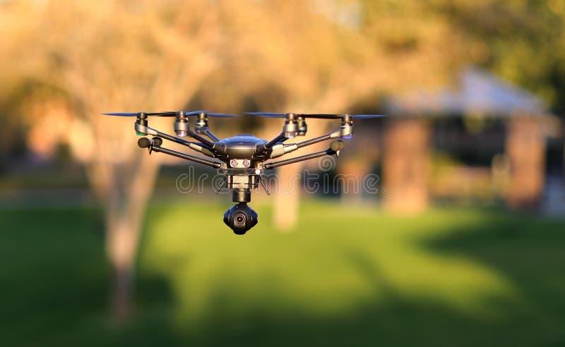 En vuelo abejón de alta tecnología UAS de la cámara fotos de archivo libres de regalías