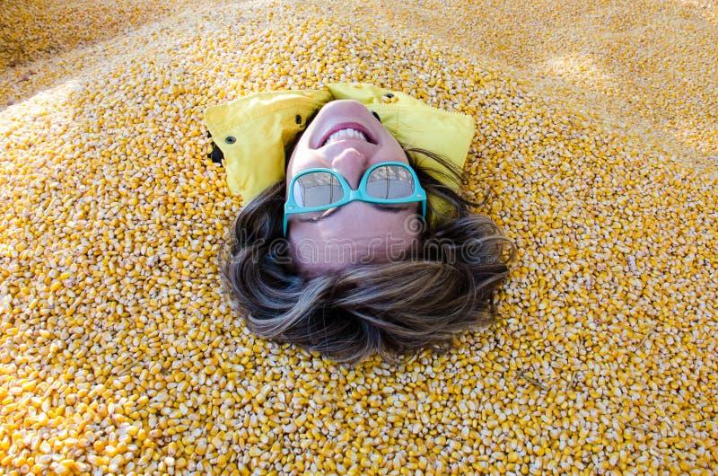 En vuxen kvinnlig har hennes hela kropp att täckas och begravas i havrekärnor fotografering för bildbyråer