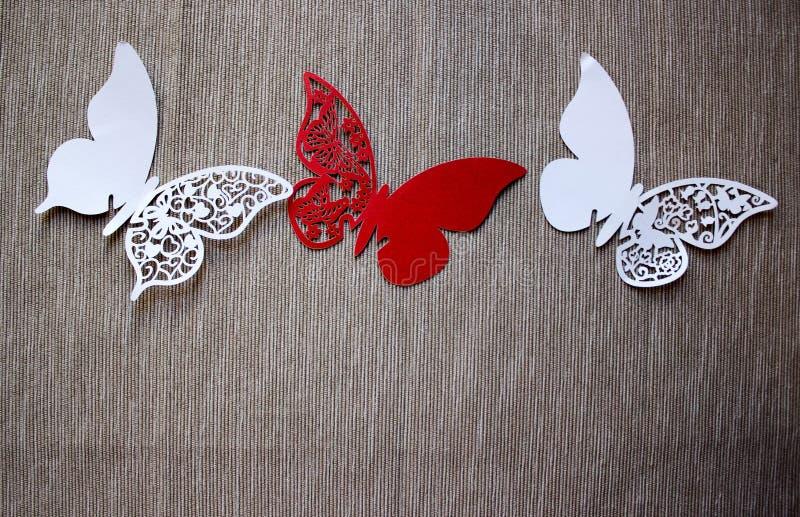En vykort med fjärilar som isoleras på grå bakgrund Vit och röd fjäril för hantverk fotografering för bildbyråer
