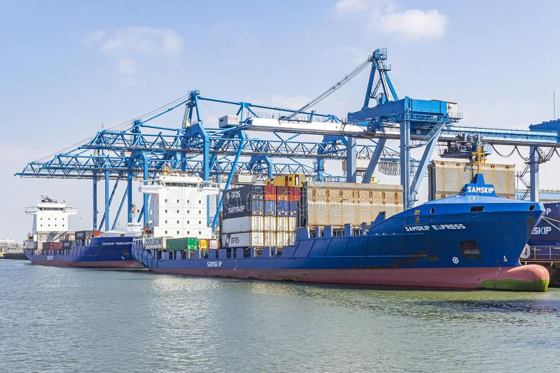 En waalhaven de Rotterdam son grúas enormes usadas para cargar y descargar portacontenedores 2 fotos de archivo